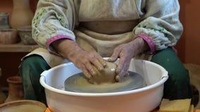 Creare vaso del primo piano bianco dell'argilla Lo scultore in officina fa la brocca dal primo piano dell'argilla Ruota torta del stock footage
