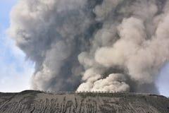 Creater av den Bromo vulkan på den Tengger Semeru nationalparken Royaltyfri Foto