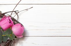 Creatief bloemboeket op witte houten achtergrond Model met exemplaarruimte voor groetkaart, uitnodiging, sociale media stock foto