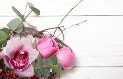 Creatief bloemboeket op witte houten achtergrond Model met exemplaarruimte voor groetkaart, uitnodiging, sociale media royalty-vrije stock afbeeldingen