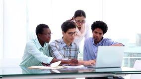 Creatief commercieel team die een vergadering hebben stock video