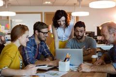 Creatief commercieel team die een vergadering hebben royalty-vrije stock fotografie