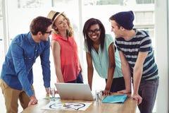 Creatief commercieel team die hard aan laptop samenwerken Royalty-vrije Stock Afbeelding