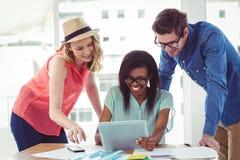Creatief commercieel team die hard samenwerken Stock Foto