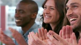 Creatief commercieel team die hun applaus geven stock videobeelden