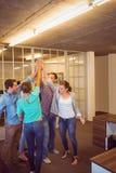 Creatief commercieel team die hun handen opheffen Royalty-vrije Stock Foto