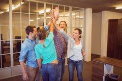 Creatief commercieel team die hun handen opheffen Royalty-vrije Stock Foto's