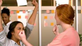 Creatief commercieel team die samen vieren stock footage