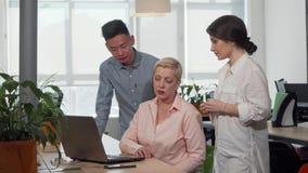 Creatief commercieel team die strategie bespreken op het kantoor stock footage