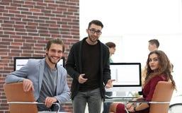 Creatief commercieel team in een werkplaats in het bureau Stock Foto
