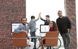 Creatief commercieel team in een werkplaats in het bureau Stock Afbeeldingen
