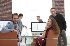 Creatief commercieel team in een werkplaats in het bureau Stock Afbeelding