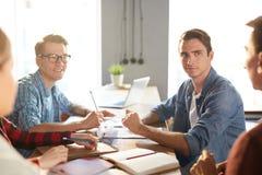Creatief commercieel team op het werk stock fotografie