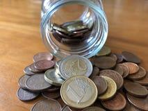Creatief concept, die geld in een jampot besparen stock foto