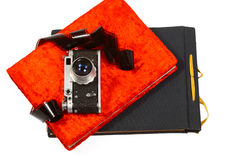Creatief concept een uitstekende camera en kleurrijke die fotoalbums op witte achtergrond wordt geïsoleerdw Royalty-vrije Stock Afbeeldingen