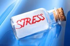 Een artistiek symbolisch concept een fles met een berichtspanning Stock Fotografie