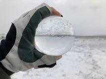 Creatief concept, kristallen bol en leeg landschap in de winter royalty-vrije stock foto