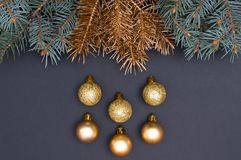 Creatief decoratiepatroon met groene en gouden Kerstboomtakken en snuisterijen Concept royalty-vrije stock afbeelding