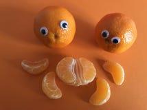 Creatief fruitconcept, googly eyed sinaasappelen stock foto's