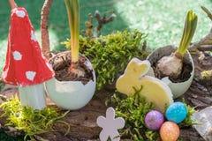 Creatief huis tot dat decoratie voor Pasen wordt gemaakt stock afbeeldingen
