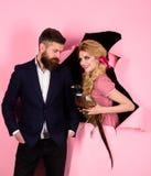 Creatief idee Vogelgriep Grappige reclame Gek paar op roze Halloween vegetariër uitstekend paar met gevogelte stock foto