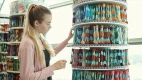 Creatief meisje die kunstlevering kiezen stock videobeelden