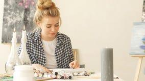 Creatief meisje die met pastelkleurkleurpotlood werken stock videobeelden