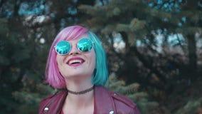 Creatief meisje met blauw en roze geverft haar stock footage