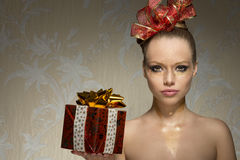 Creatief meisje met Kerstmisgift royalty-vrije stock foto's