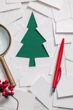 Creatief ontwerp van Kerstmisachtergrond met document Stock Foto's