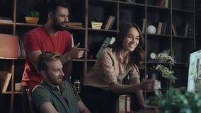 Creatief ontwerpersteam die nieuw ontwerpproject bespreken Het schaak stelt bischoppen voor stock video
