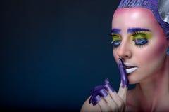 Creatief portret van een vrouw op een donkerblauwe achtergrond Royalty-vrije Stock Foto's