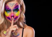 Creatief portret van Sugar Skull op donkere achtergrond met copyspace Neonmake-up voor Halloween of Dia De Mertos-vakantie royalty-vrije stock fotografie