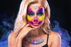 Creatief portret van Sugar Skull op donkere achtergrond met copyspace Neonmake-up voor Halloween of Dia De Mertos-vakantie royalty-vrije stock afbeelding