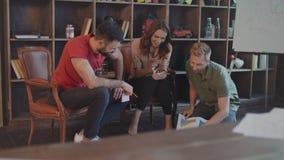 Creatief team die met documenten en diagrammen werken Het werk van het brainstormingsteam stock videobeelden