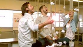 Creatief team die verfrommelde ballen van document werpen stock videobeelden