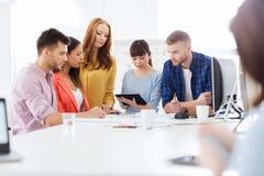 Creatief team met blauwdruk die op kantoor werken Stock Foto