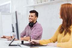 Creatief team met hoofdtelefoons en computer Stock Afbeeldingen