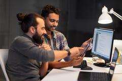 Creatief team met tabletpc die op kantoor werken royalty-vrije stock fotografie