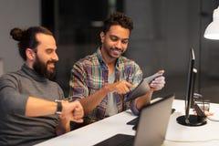 Creatief team met tabletpc die op kantoor werken stock foto