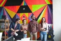 Creatief team van vier collega's die in modern bureau werken Royalty-vrije Stock Fotografie