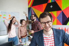 Creatief team van vier collega's die in modern bureau werken Stock Fotografie