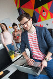 Creatief team van vier collega's die in modern bureau werken Royalty-vrije Stock Foto