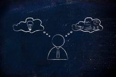 Creatief versus het kritieke denken, zakenman met gedachte bellen Stock Foto's