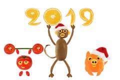 Creatief voedselconcept Kleine grappige groenten met 2019 gelukkig stock afbeeldingen