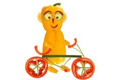 Creatief voedselconcept Weinig grappige peper die zich met bicycl bevinden royalty-vrije illustratie