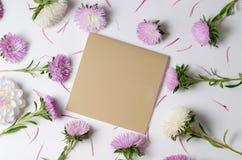 Creatieve achtergrond met chrysant en dahliabloemen De bloemengrensvlakte legt concept stock fotografie