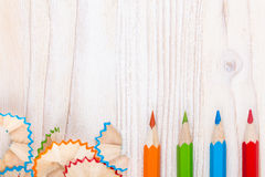 Creatieve achtergrond met potloden en potloodspaanders Royalty-vrije Stock Afbeeldingen