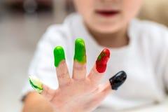 Creatieve activiteit voor de baby, babyspel met kleuren Royalty-vrije Stock Foto
