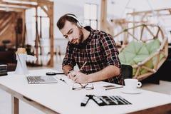 Creatieve arbeider Luister muziek working ideeën stock foto's